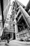 Ingranaggio protettivo d'uso di sicurezza del lavoratore asiatico maschio con acque luride dentro una carriola alla fabbrica del  fotografia stock