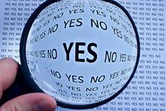 Ingrandicendo o mettere a fuoco sul concetto di accordo di sì Immagini Stock Libere da Diritti