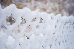 Ingrani il recinto coperto in uno strato spesso di neve Fotografie Stock Libere da Diritti