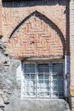 Ingraticci la finestra in vecchia parete di pietra, Yerevan, Armenia Immagini Stock