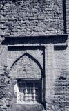 Ingraticci la finestra in vecchia parete di pietra, Yerevan, Armenia, in bianco e nero Fotografia Stock