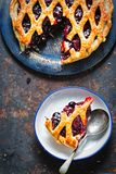 Ingraticci la torta della frutta di autunno, con il ribes nero, mora, composta della ciliegia in torta della pasta sfoglia Fotografia Stock