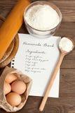 Ingrédients de papier et de pain de recette Photo stock