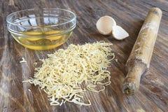 Ingrédients de recette et ustensiles de cuisine pour faire cuire sur le fond en bois Photos stock