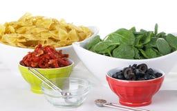 Ingrédients de salade de pâtes Photographie stock libre de droits