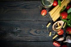 Ingrédients pour faire cuire les pâtes italiennes Photo libre de droits