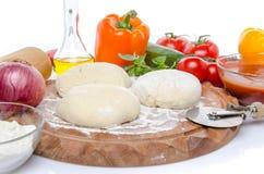 Ingrédients pour faire une pizza Images stock