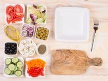 Ingrédients pour la salade grecque dans des cuvettes Photo libre de droits