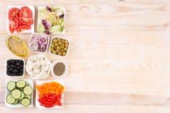 Ingrédients pour la salade grecque dans des cuvettes, vue supérieure Photos libres de droits