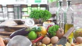 Ingrediënt voor het koken van eigengemaakte Italiaanse deegwaren met plantaardige saus Groente en kruiden voor voedselvoorbereidi stock video