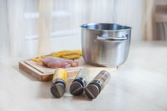 Ingrediënten die van de deegwarenkruiden van de kippenfilet de houten achtergrond koken Stock Foto