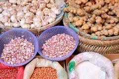Ingrediënten en bewaarde groenten Royalty-vrije Stock Foto