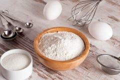 Ingrediënten en hulpmiddelen om een cake, bloem, suiker, eieren te maken Royalty-vrije Stock Foto