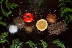 Ingrediënten en kruiden voor het gezonde vegetarische koken op blac royalty-vrije stock fotografie