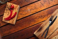 Ingrediënten en uitstekende bestek houten achtergrond Royalty-vrije Stock Afbeelding