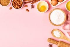 Ingrediënten en werktuigen voor baksel op een pastelkleurachtergrond stock afbeelding