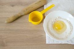 Ingrediënten en werktuigen voor de voorbereiding van bakkerijproducten Royalty-vrije Stock Foto's