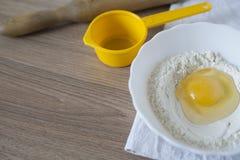Ingrediënten en werktuigen voor de voorbereiding van bakkerijproducten Stock Afbeelding