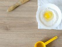 Ingrediënten en werktuigen voor de voorbereiding van bakkerijproducten Stock Foto
