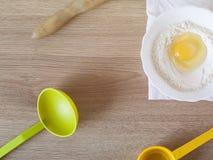 Ingrediënten en werktuigen voor de voorbereiding van bakkerijproducten Stock Foto's