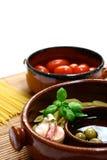Ingrediënten klaar voor een traditionele mediterrane of Italiaanse deegwarenschotel stock fotografie