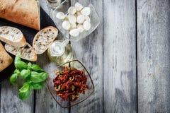Ingrediënten klaar voor het voorbereiden van bruschetta met in de zon gedroogde tomaat Royalty-vrije Stock Foto