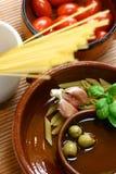Ingrediënten klaar voor mediterrane of Italiaanse schotel van deegwarennoedels. royalty-vrije stock foto's