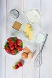 Ingrediënten om een aardbeicake te koken Royalty-vrije Stock Afbeeldingen