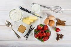 Ingrediënten om een aardbeicake te koken Royalty-vrije Stock Foto's