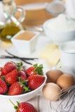 Ingrediënten om een aardbeicake te koken Stock Fotografie