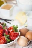 Ingrediënten om een aardbeicake te koken Stock Afbeeldingen