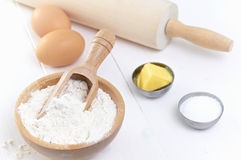 Ingrediënten om een cake te maken stock afbeelding