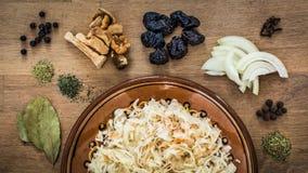 Ingrediënten van bigos, traditionele schotel van poetsmiddelkeuken stock afbeeldingen