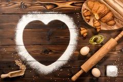 Ingrediënten van een bakkerij op een houten achtergrond stock fotografie
