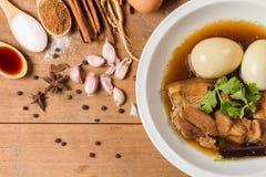 Ingrediënten van eieren en varkensvlees in de jus worden gestoofd die royalty-vrije stock foto's