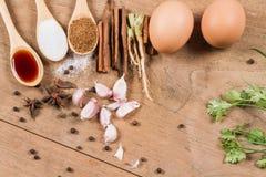 Ingrediënten van eieren en varkensvlees in de jus worden gestoofd die stock foto's
