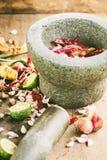 Ingrediënten van Thais kruidig voedsel met mortier, tom yum Royalty-vrije Stock Afbeeldingen