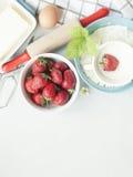 Ingrediënten voor aardbeicake van de bakselproducten en keuken oorlog stock foto