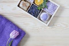 Ingrediënten voor aromatherapy en kuuroord, aromatische overzees zout en handdoeken Natuurlijke schoonheidsmiddelen, Kuuroorduitr stock foto