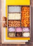 Ingrediënten voor baksel in een houten doos Royalty-vrije Stock Afbeeldingen