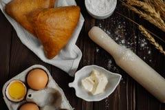 Ingrediënten voor baksel: eieren, bloem, boter, tarwe, deegrol royalty-vrije stock foto