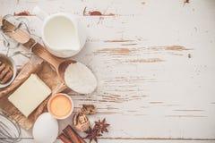 Ingrediënten voor baksel - melk, boter, eieren, bloem, tarwe royalty-vrije stock afbeeldingen