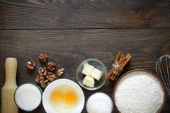 Ingrediënten voor bakselcake met okkernoten op een donkere houten lijst Royalty-vrije Stock Fotografie