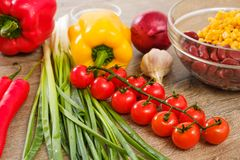 Ingrediënten voor Burritos, groenten, graan, tomaten en peper op houten achtergrond Hoogste mening stock afbeelding