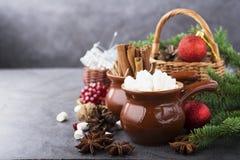 Ingrediënten voor de het baksel, de dranken of de giftenheemst van de Kerstmisvakantie, pijpjes kaneel, anijsplantsterren, in man Stock Fotografie