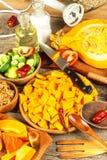 Ingrediënten voor de soep van Hokkaido met tomaat en Spaanse peperpeper Voorbereiding van kruidige groentesoep Gezond voedsel royalty-vrije stock foto's