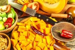 Ingrediënten voor de soep van Hokkaido met tomaat en Spaanse peperpeper Voorbereiding van kruidige groentesoep Gezond voedsel stock fotografie