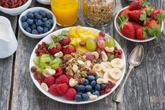 Ingrediënten voor een gezond ontbijt - bessen, fruit en muesli Stock Foto's