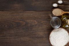 Ingrediënten voor eigengemaakt pizzadeeg op houten achtergrond Royalty-vrije Stock Afbeelding