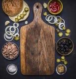 Ingrediënten voor eigengemaakte die hamburger met tonijn, rond een scherpe raad op houten rustieke achtergrond hoogste meningsgre Stock Afbeelding